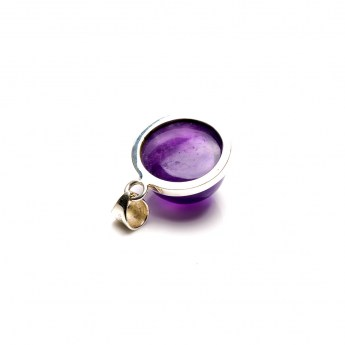 round amethyst pendant featuring a rich purple coloured crystal